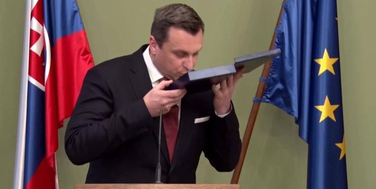 Скандал в Словакии - многим политикам безосновательно были присвоены более высокие воинские звания