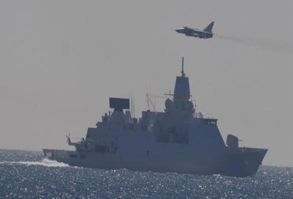 Российские Су-24М облетели голландский фрегат Evertsen в Балтийском море