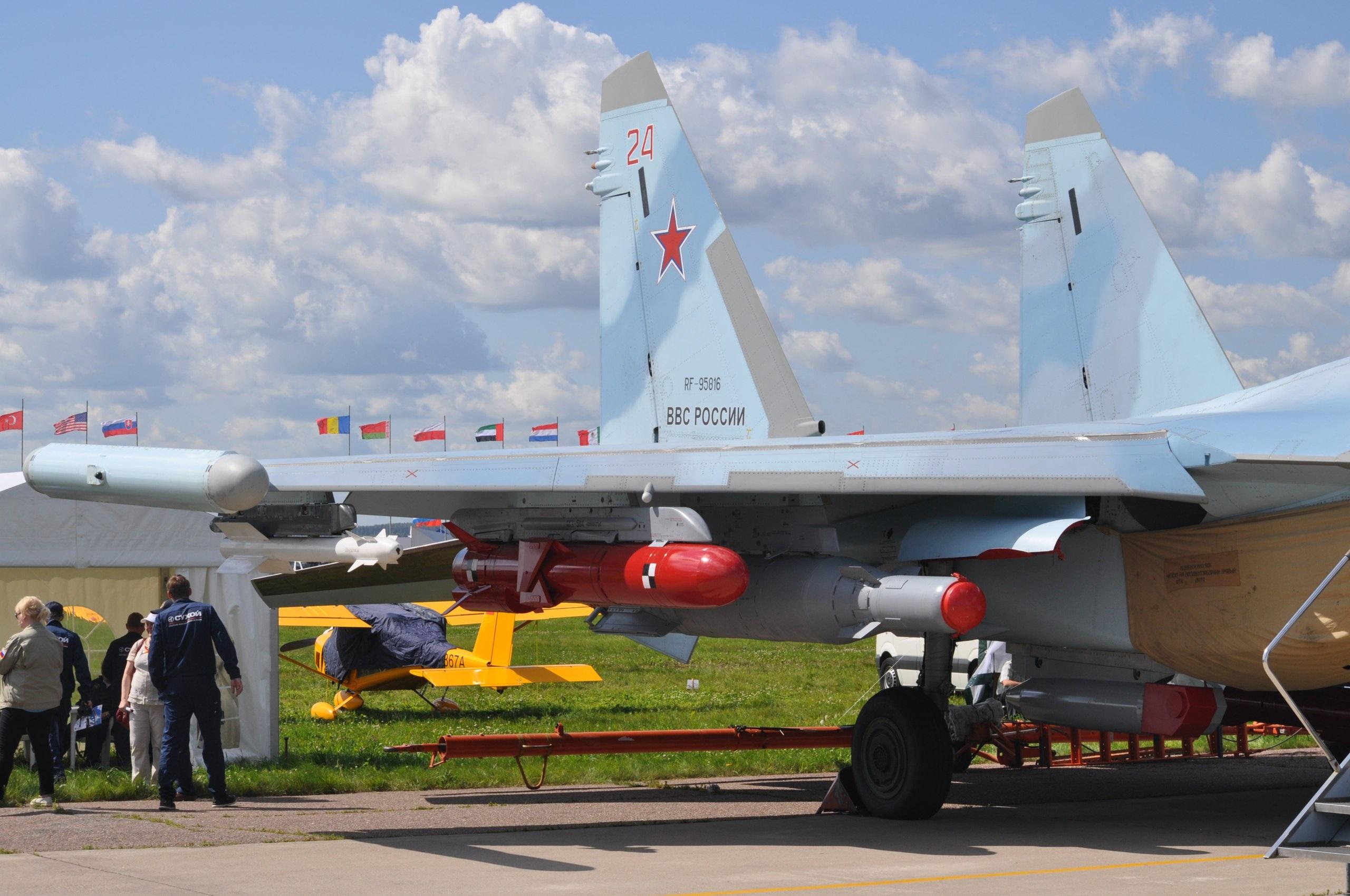 Подвесной контейнер целеуказания Т220 на истребителе Су-35С