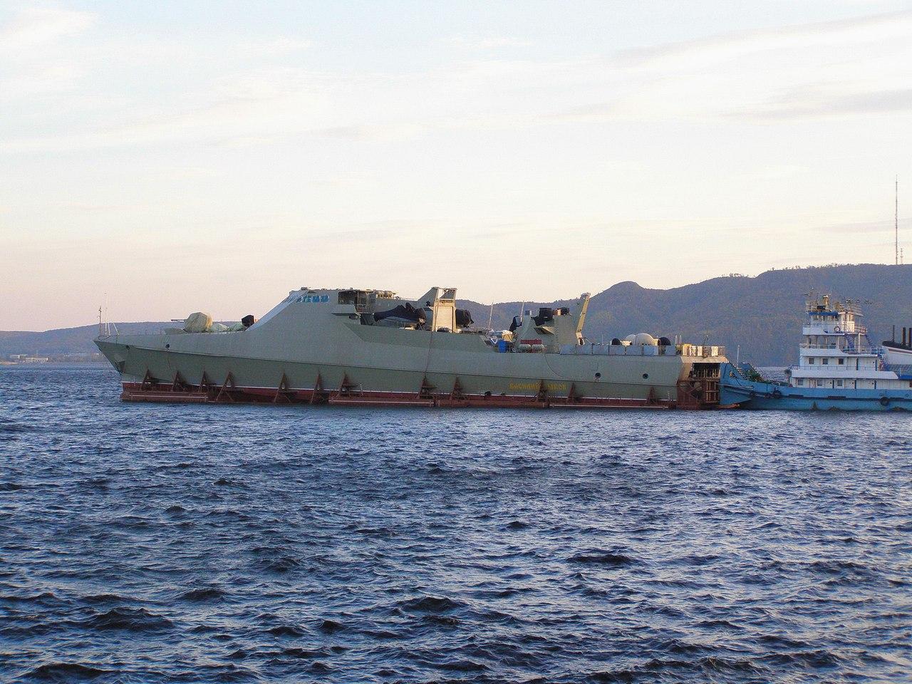 Головной патрульный корабль проекта 22160 «Василий Быков» буксируется на Черное море