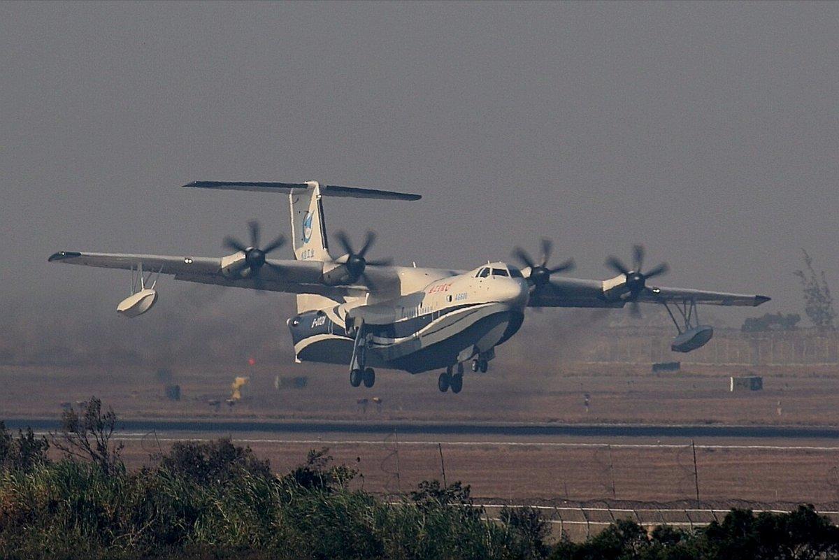 Первый полет китайского самолета-амфибии AG600