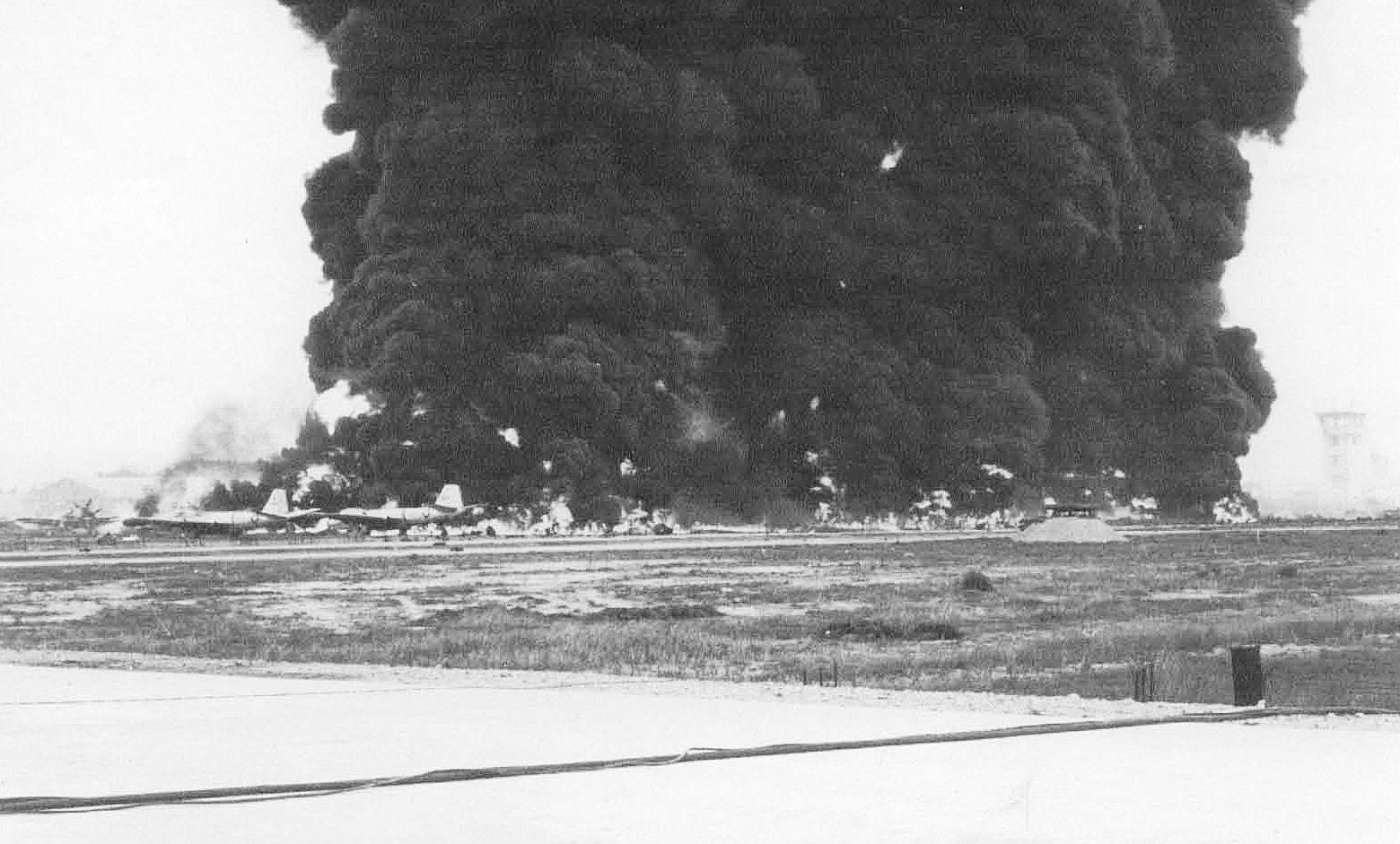 Burning_Aircraft_on_ramp_at_Bien_Hoa_AB_-1