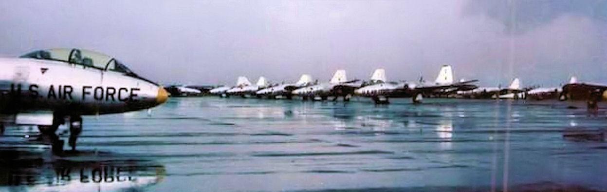 Martin_B-57B_bombers_at_Bien_Hoa_AB_South_Vietnam_August_1964