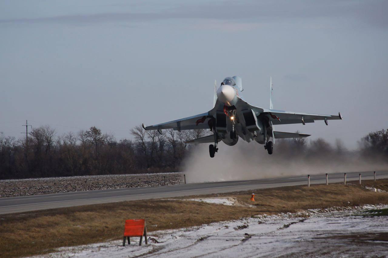 Полеты боевых самолетов с автомобильной дороги в Ростовской области