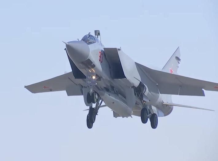 Экипажи ВКС России выполнили практический пуск ракеты комплекса «Кинжал»