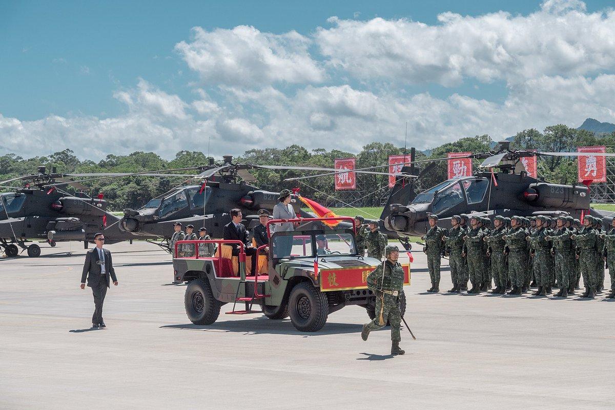 Церемония в честь формирования бригады армейской авиации из вертолетов AH-64E Apache на Тайване