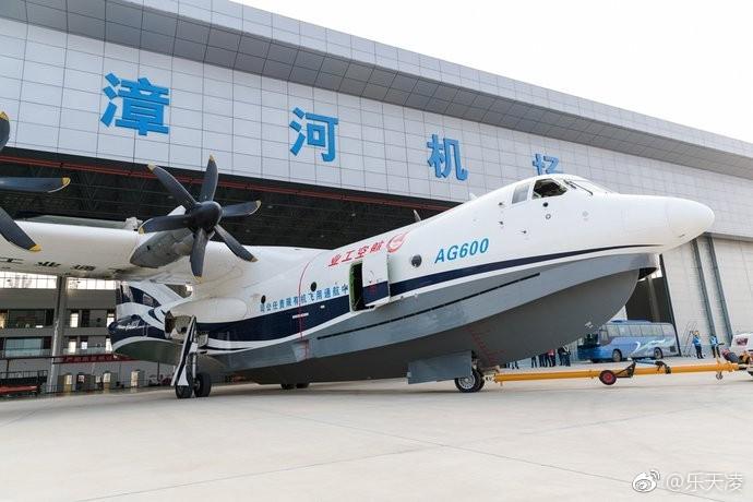 Китайский самолет-амфибия AG600 совершил первый взлет и посадку с поверхности воды