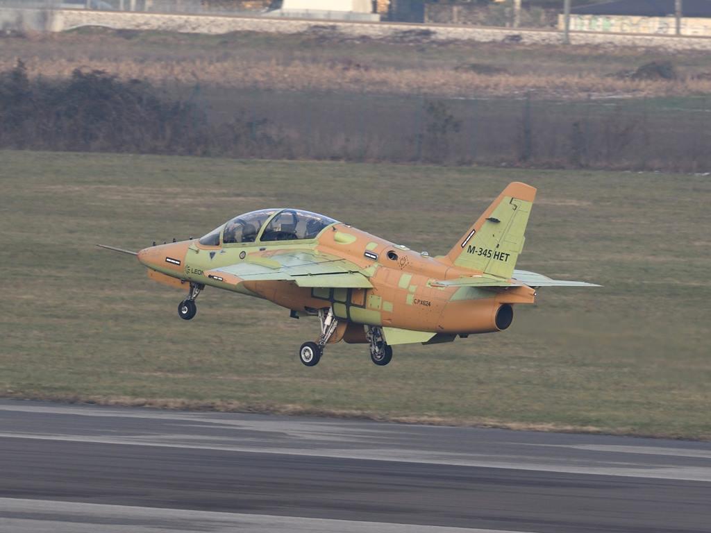 Первый серийный итальянский учебно-тренировочный самолет М-345 НЕТ