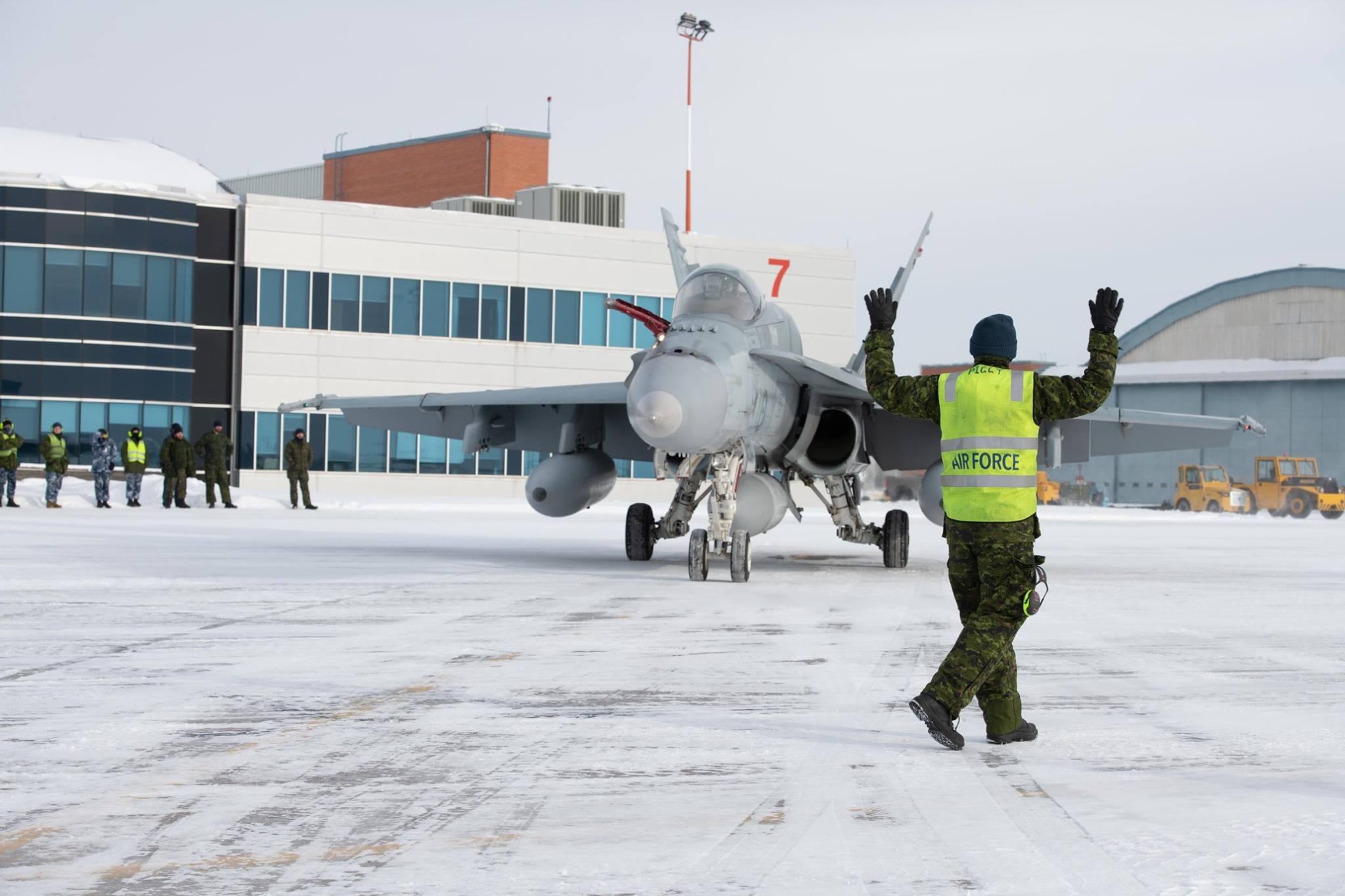 """كندا تستلم طائرتين مقاتلتين من طراز """"اف/ايه-18 هورنيت"""" F / A-18 من أستراليا 6543427_original"""