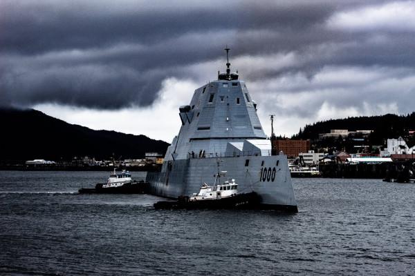 Новый американский эсминец Zumwalt на Аляске