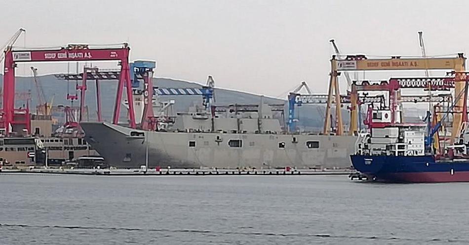 Турецкий универсальный десантный корабль L 408 Anadolu перед спуском на воду