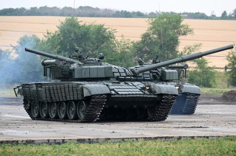 Танки Т-72Б с дополнительными комплектами защиты
