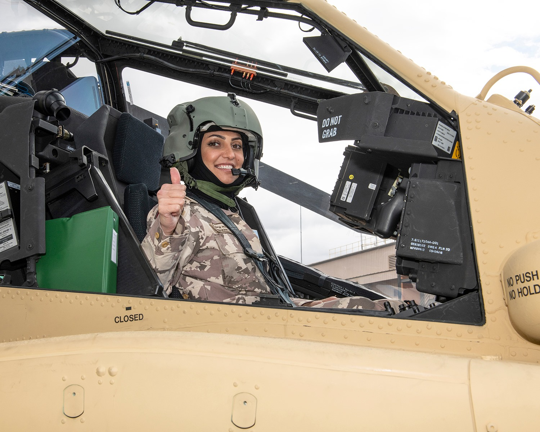 Катарская вертолетчица принимает вертолеты AH-64E Apache в США