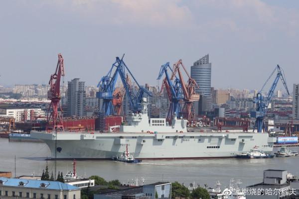 Китайский универсальный десантный корабль проекта 075 на воде
