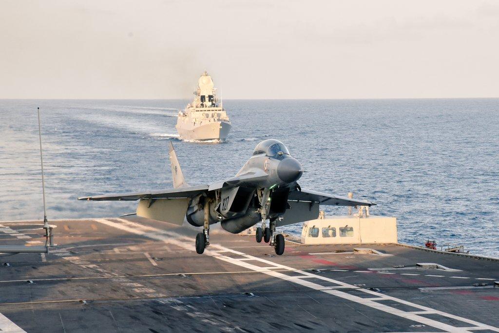 Новый министр обороны Индии на борту авианосца Vikramaditya