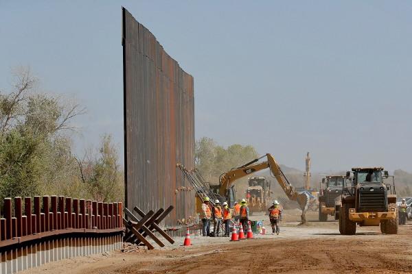 Трамп хочет финансировать стену на границе с Мексикой за счет сокращения закупок вооружений
