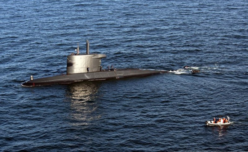 a_rigid-hull_inflatable_boat_approaches_the_royal_netherlands_navy_attack_submarine_hnlms_dolfijn_s808_june_15_2013_in_the_baltic_sea_during_baltic_operations_baltops_2013_130615-n-zl691-053