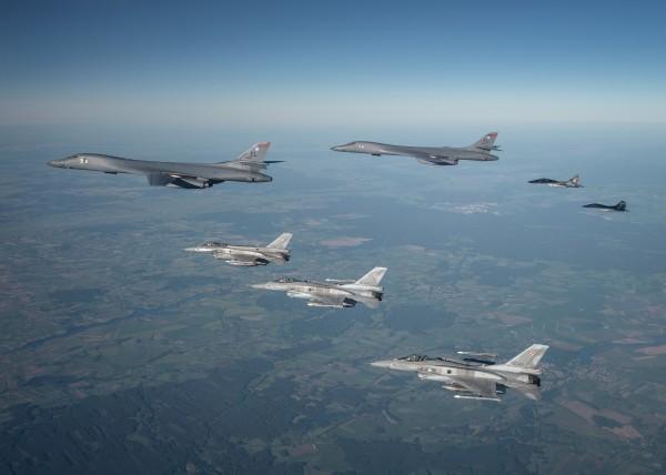 Полет американских стратегических бомбардировщиков В-1В над территорией Украины