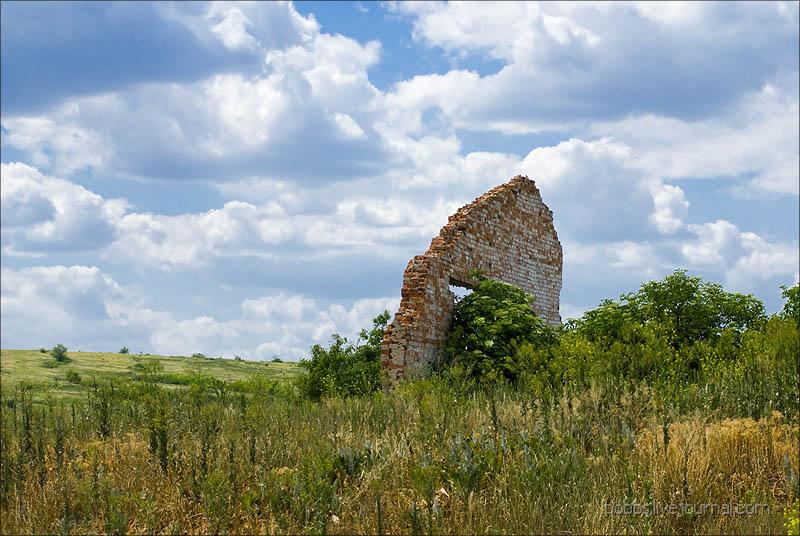Развалины  у дороги в хутор Дубовой