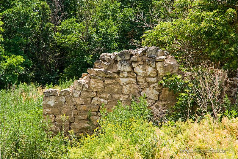 Остатки старой постройки в хуторе Дубовой