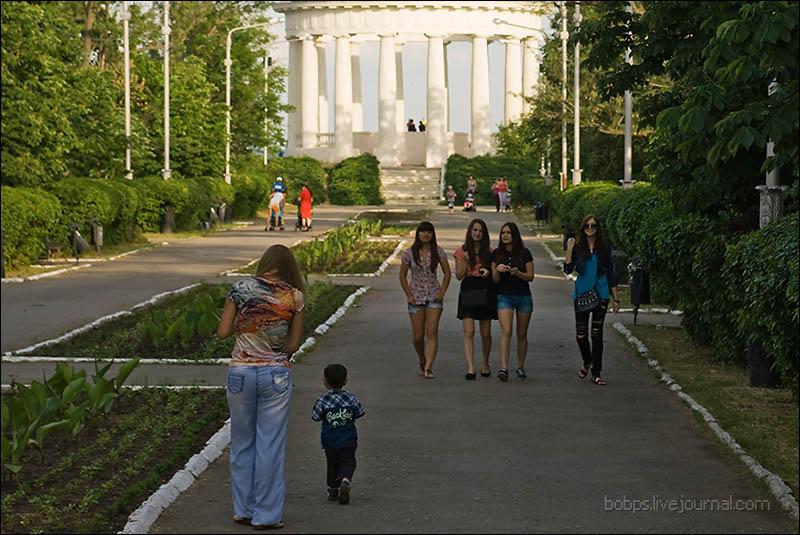 На центральной аллее Приморского парка вечером
