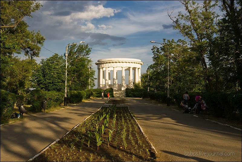 Главная аллея Приморского парка и ротонда