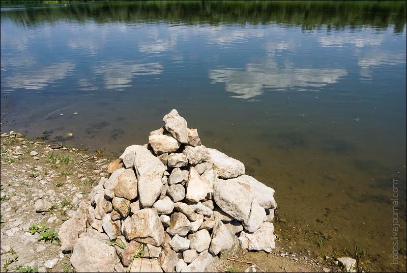 Пирамидка из камней на берегу Дона
