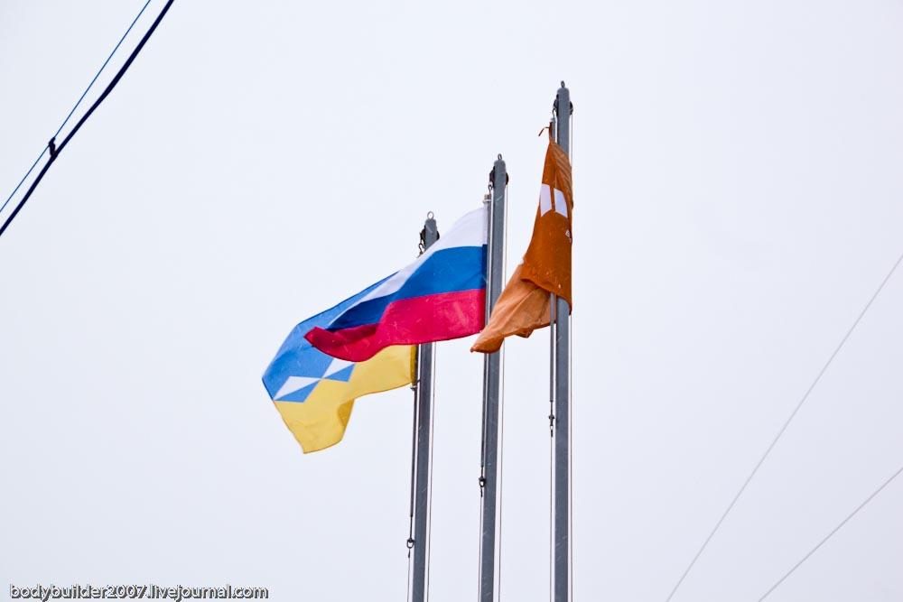 Флаги на административном здании комбината