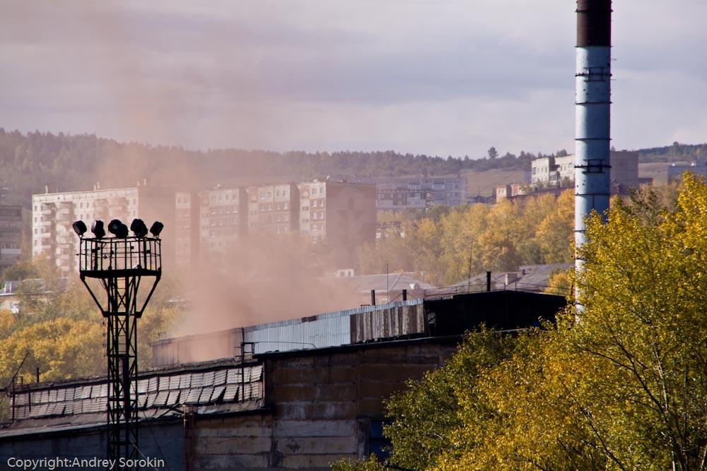 Оранжевый дым металлургического завода