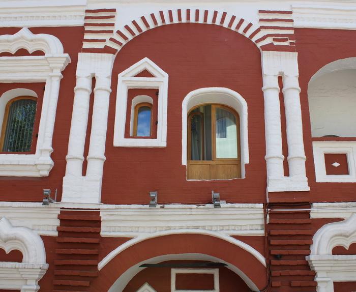 Кирпичные  гребёнки посредине фасада однозначно указывают на то, что раньше тут было высокое крыльцо, характерное для старинной русской архитектуры.