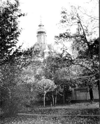 Фото из сада Палат Сверчкова (дом Абрикосовых) 1896 год. Видны купол и колокольня церкви Успения  на Покровке. А.И Абрикосов был старостой церкви Успения Богородицы 27 лет. Фото 1900-1935.