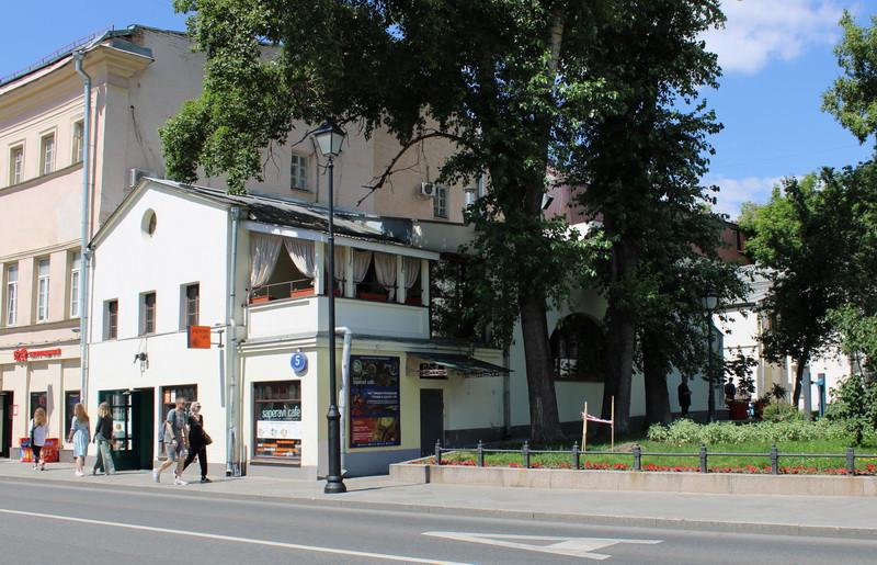 Дом бывшей богадельни церкви Успения Пресвятой Богородицы на Покровке. Фото 2020.