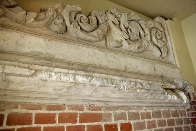 Белокаменный декор крыльца.  Фото  С. И М. Поповых 2012 года.