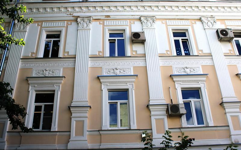 Декор фасада правого флигеля.