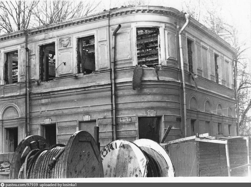 Левый флигель усадьбы Кошелева-Абрикосовой. Фото 1986.