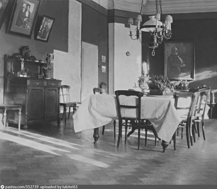 Дом А.В. Бари до революции. Столовая. На стенах семейный фотографии и портрет А.В. Бари. Фото 1913-1917.