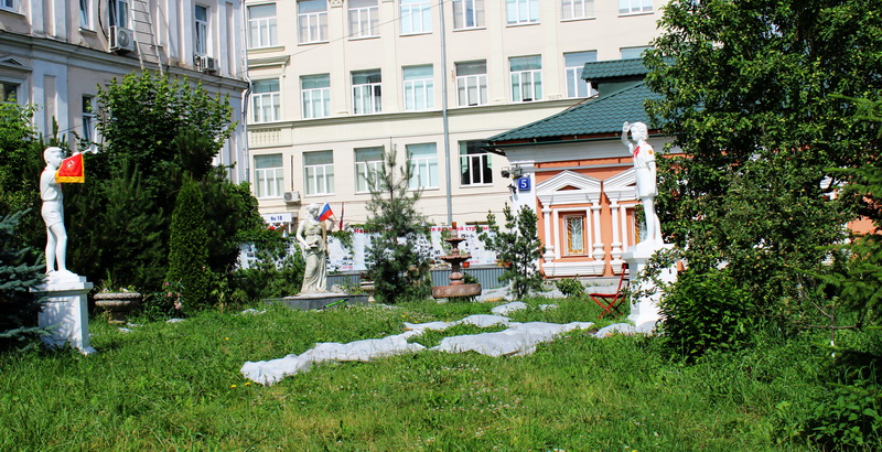 Сад со скульптурами перед палатами. Фото 2020.