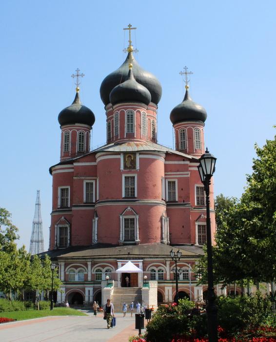 Донской монастырь. Вид на Новый (Большой) собор от Западных ворот. Фото 2020.