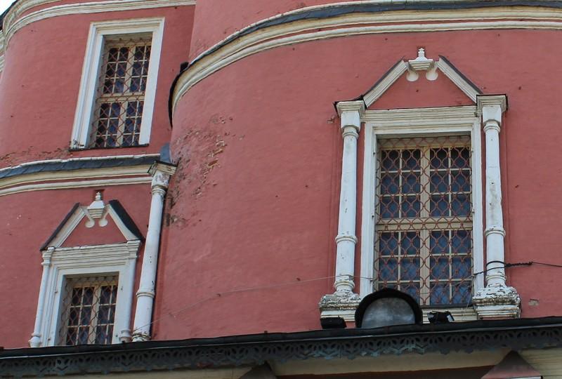Окна первого яруса собора.
