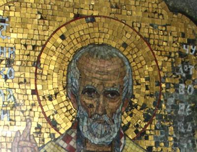 Мозаичная икона Николая Чудотворца в левом крыле усыпальницы со следами пуль.