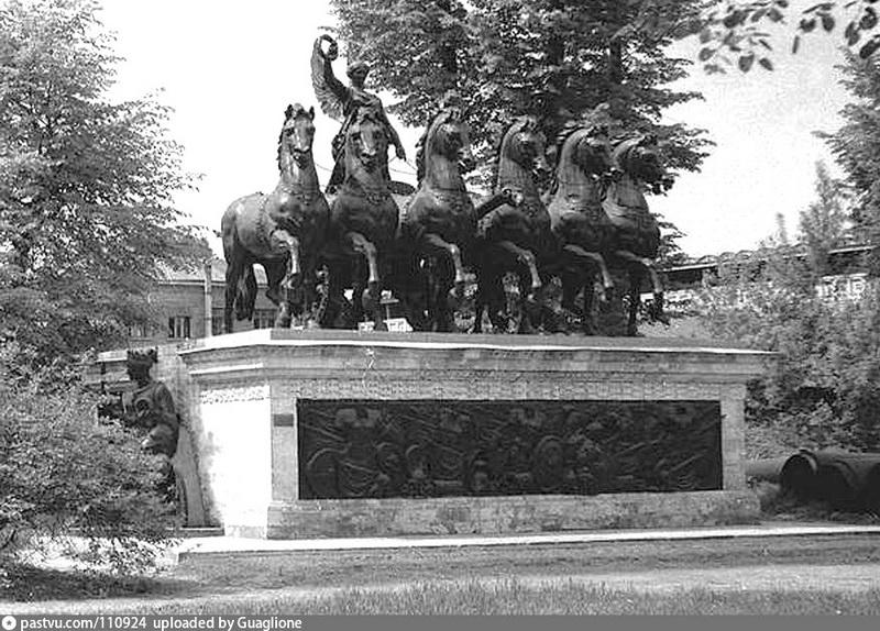 «Колесница Славы» - скульптурный фрагмент Триумфальных ворот. Фото 1960-1965.