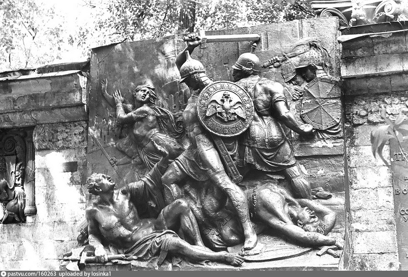 Барельеф с Триумфальных ворот. Фото 1983. Сейчас этот фрагмент барельефа находится во дворе музея архитектуры им. А.В. Щусева.