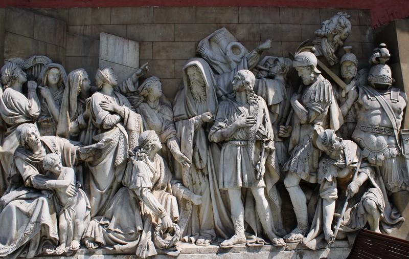 Горельеф «Встреча Давида, победившего Голиафа».