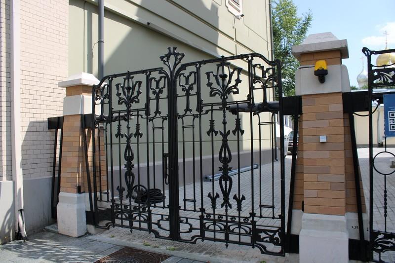 Ограда особняка.