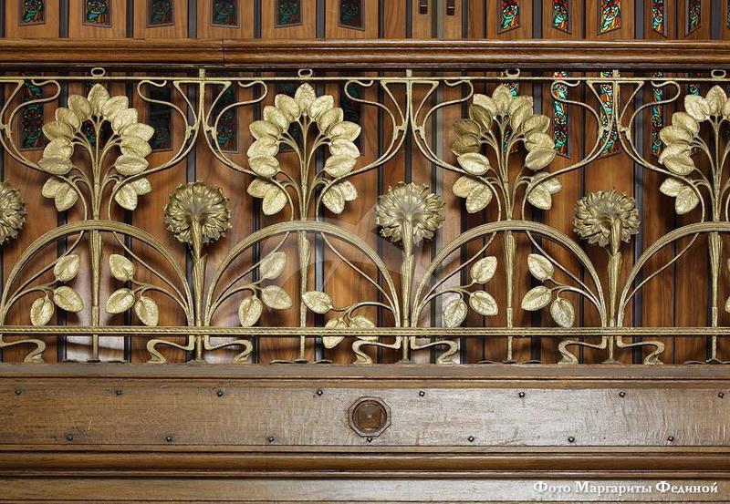 На чудо-лестнице чередуются подсолнух и лунник - цветы-символы дня и ночи, так любимые архитекторами модерна.