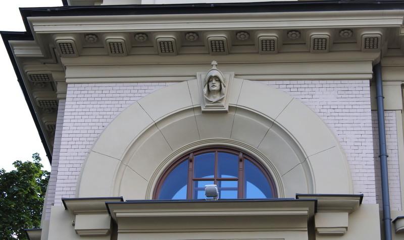 Доходный дом В.И.Грязнова. Маска над аркой оконного проёма.