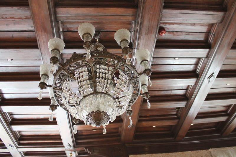 Дубовый потолок большой гостиной на втором этаже.