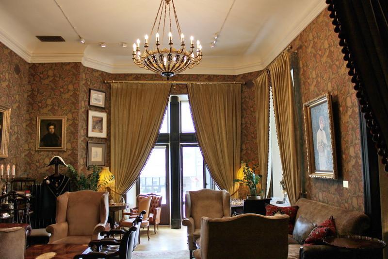 Спальня-будуар хозяйки дома на втором этаже. Деревянная отделка стен и потолка в этой комнате утрачена.