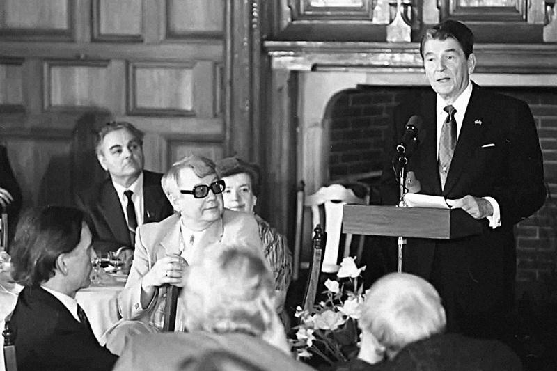 Рональд Рейган на встрече с «общественностью» в ЦДЛ.  Фото 1988.