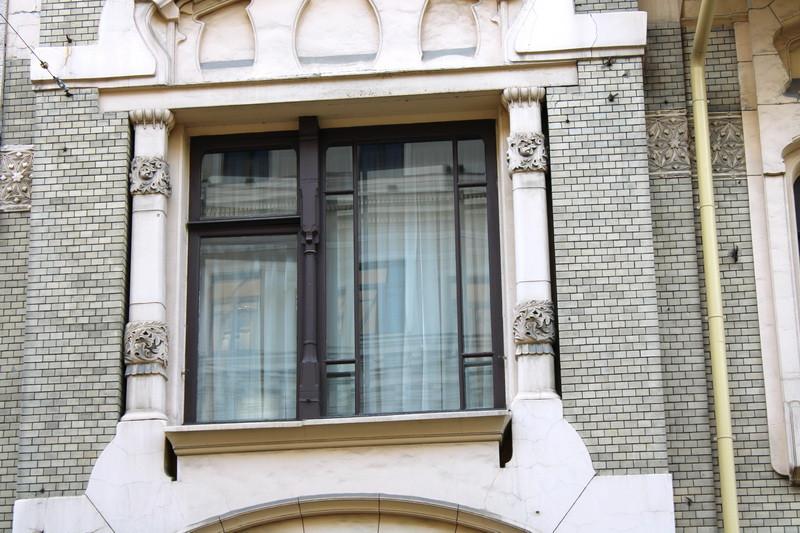 Особняк Саарбекова. Окно над парадным входом.